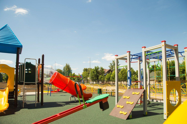 Детская площадка рядом с дорогой